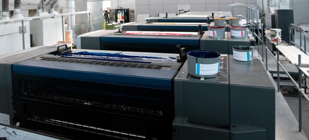 CMYK - Druckwerke und Farbwerke einer Offsetdruckmaschine von oben