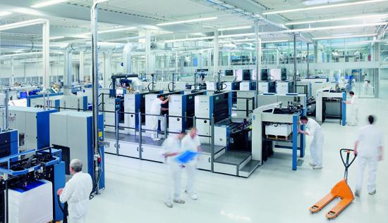 Drucksaal mit Bogenoffset-Druckmaschinen in der Druckerei von unitedprint.com SE in Radeubeul