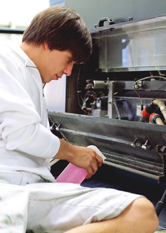 Drucker reinigt die Bogenoffsetdruck-Maschine